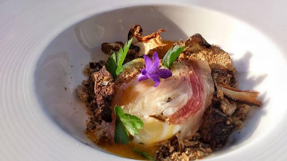 Huevo a baja temperatura con tierra de shiitake, tocino ibérico, polvo de ajo y caldo de ave | Cerezo